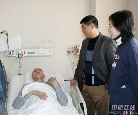 图文-排管中心主任徐利看望汤淼周苏红凝望着爱人