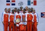 图文-古巴女排获得奥运参赛资格高举冠军奖盘