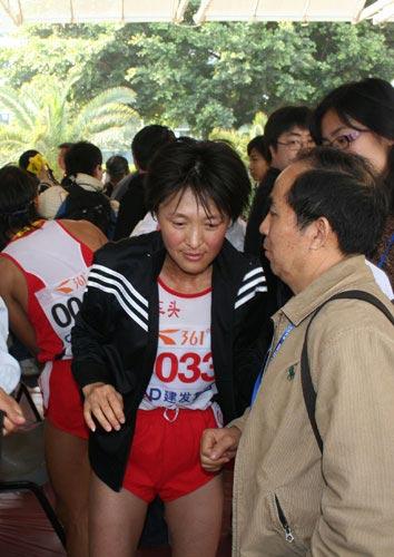 图文-厦门马拉松孙英杰顺利完赛赛后仍是焦点
