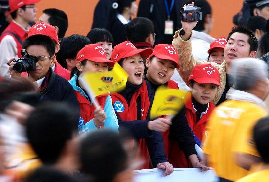 图文-万名志愿者服务厦门马拉松赛为选手摇旗呐喊