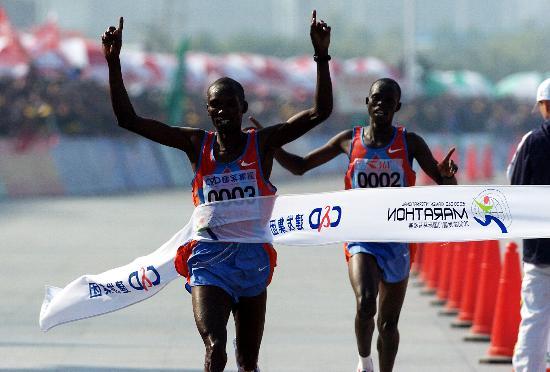 肯尼亚选手向终点冲刺::新华网; 厦门国际马拉松:肯尼亚选手向终点
