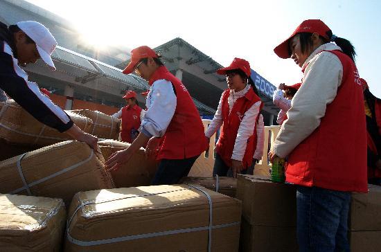 图文-万名志愿者服务厦门马拉松搬运赛事物资