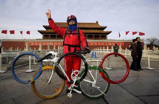 图文-孟杰骑五环车宣传北京奥运 天安门广场前留念