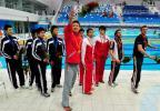 图文-中国游泳公开赛2日 张琳把鲜花送给观众