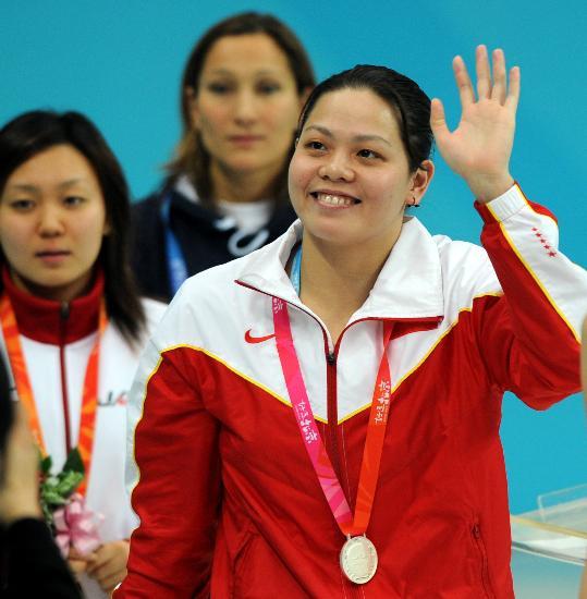 图文-奥运游泳测试赛5日赛况 向现场观众打招呼