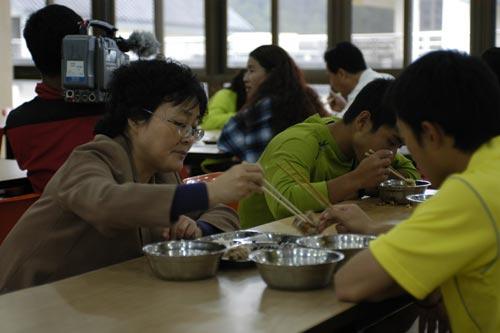 图文-奥运舵手选拔总决赛10进9妈妈为陈光宇夹菜