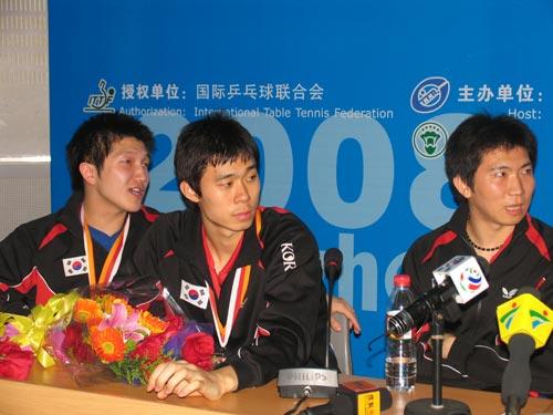 图文-世乒赛男团决赛赛后发布会 李廷佑侧目注视