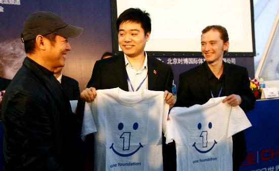 图文-斯诺克中国赛新闻发布会李连杰赠送纪念T恤