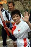 图文-北京奥运火炬传递正式开始 邓亚萍大姐风范