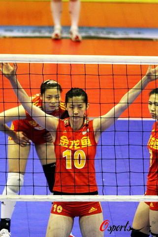 图文-中国女排2-3负广东男排 小将薛明大将风范