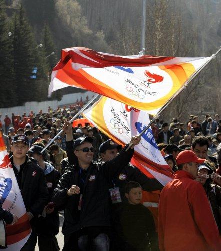 图文-奥运圣火阿拉木图传递 当地群众场外欢呼