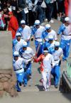 图文-奥运圣火传递第一站 火炬手受到当地群众欢迎