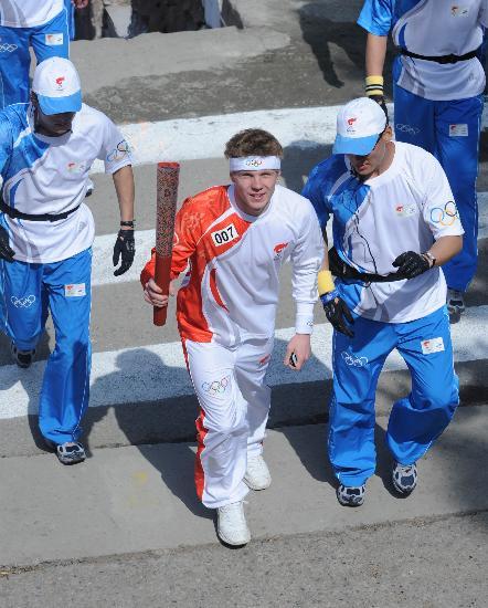 """图文-奥运圣火在阿拉木图传递 """"007""""号火炬手"""