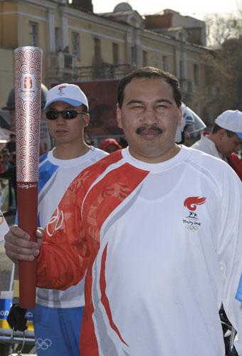 图文-奥运会圣火阿拉木图传递 拳击冠军传递圣火