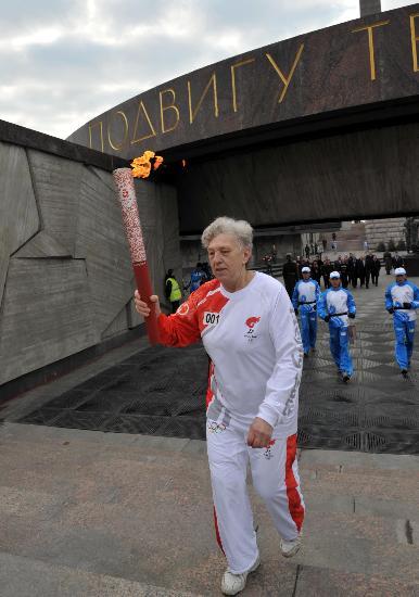 图文-奥运圣火圣彼得堡传递 首棒济宾娜开始传递