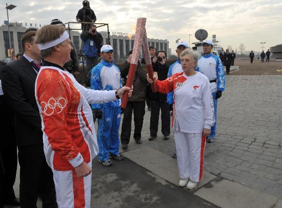 图文-奥运会圣火在圣彼得堡传递 第一棒火炬交接