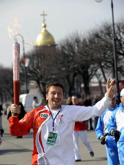 图文-奥运圣火传递在圣彼得堡举行 向周围群众致意