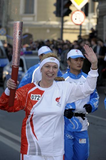 图文-奥运圣火传递在圣彼得堡举行 骄傲挥手致意