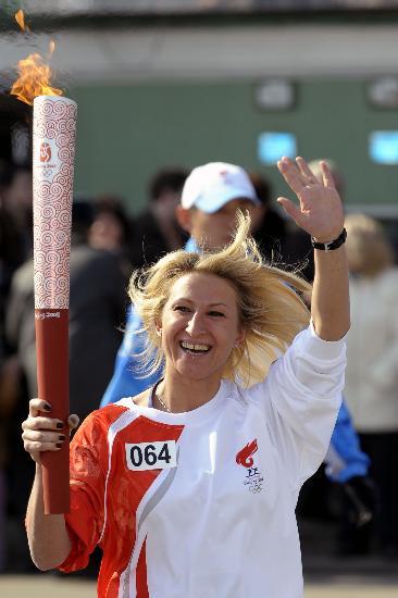 图文-奥运圣火在圣彼得堡传递 卡扎科娃金发飘扬