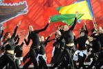 图文-奥运会圣火在圣彼得堡传递结束 跳起欢庆舞蹈