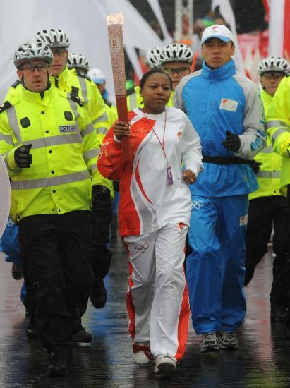 图文-奥运圣火在伦敦传递 火炬手夏恩-格林传递中