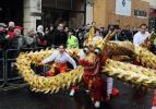 图文-奥运圣火在伦敦传递 华人在中国城舞龙迎圣火