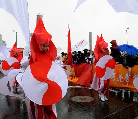 图文-北京奥运圣火在伦敦传递 英国演员沿途表演助兴