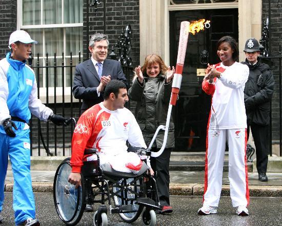 图文-北京奥运圣火在伦敦传递 英国首相为圣火鼓掌
