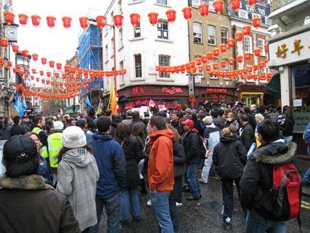 图文-北京奥运圣火在伦敦传递 圣火到处争相目睹