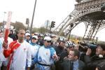 图文-北京奥运圣火在巴黎传递 从埃菲尔铁塔下走过