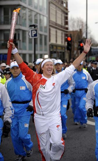 图文-北京奥运圣火在伦敦传递 火炬手欣喜若狂