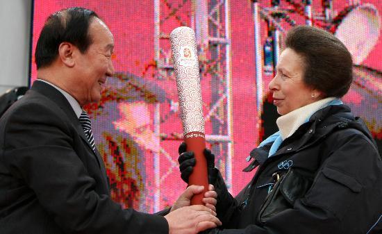 图文-北京奥运圣火在伦敦传递 安妮公主出席仪式