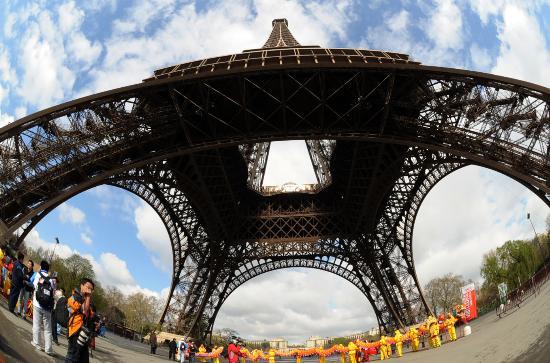 图文-奥运圣火传递在巴黎举行 换个角度看埃菲尔塔