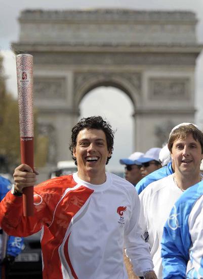图文-北京奥运圣火在巴黎传递 火炬经过凯旋门
