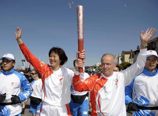 图文-北京奥运圣火旧金山传递 郎平多兰共举火炬