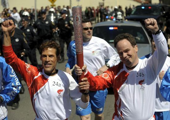 图文-北京奥运会火炬在旧金山传递 做出胜利手势