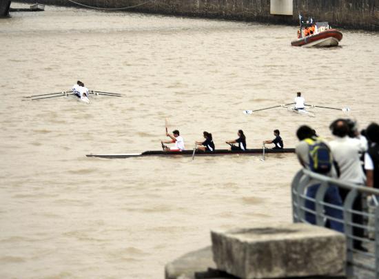 图文-奥运圣火在布宜诺斯艾利斯传递 水上特色传递