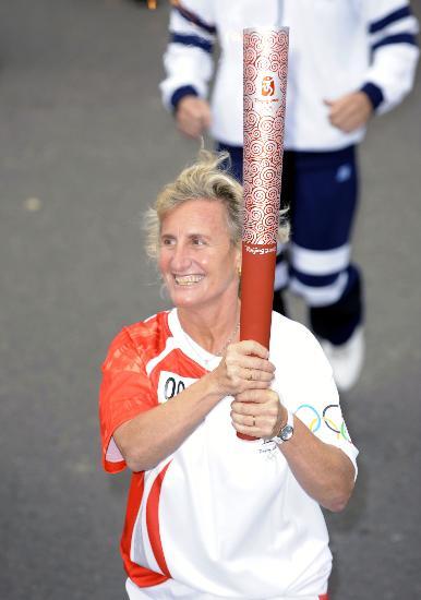 图文-奥运圣火在布宜诺斯艾利斯传递 喜捧祥云在手