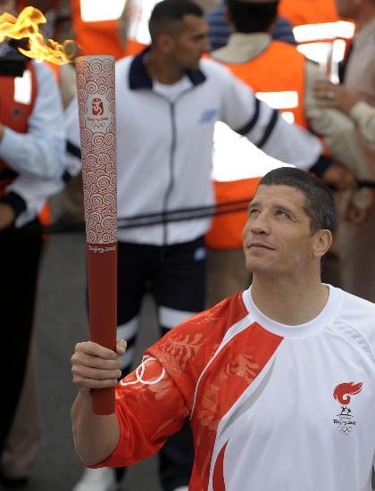 图文-圣火在布宜诺斯艾利斯传递 火炬手凝望火炬