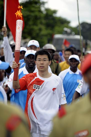 图文-奥运火炬在达累斯萨拉姆传递 中国大使传递火炬