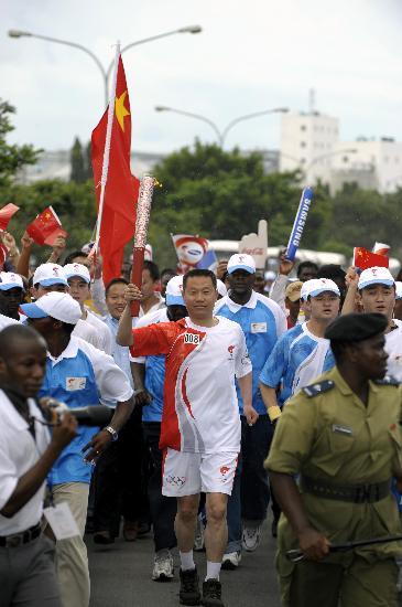 图文-奥运火炬在达累斯萨拉姆传递 手持火炬充满自豪