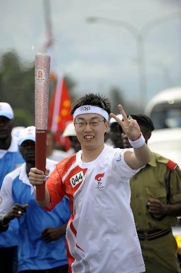 图文-奥运火炬在达累斯萨拉姆传递 王亮胜利传递