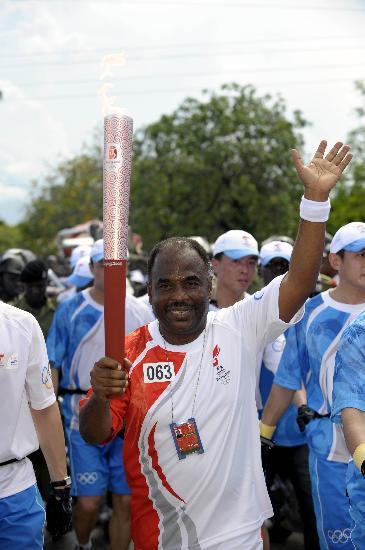 图文-奥运火炬在达累斯萨拉姆传递 拉古德表情庄重