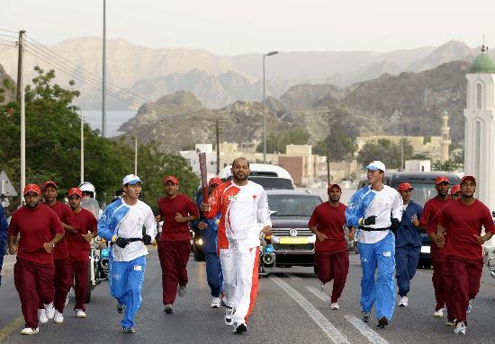 图文-圣火传递活动在马斯喀特举行 苏莱曼传递圣火