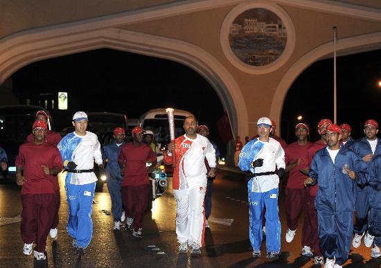 图文-圣火传递活动在马斯喀特举行 夜里灯火辉煌