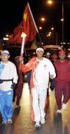 图文-圣火传递活动在马斯喀特举行 五星红旗飘飘