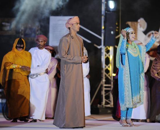 图文-圣火传递活动在马斯喀特举行 精彩文艺表演