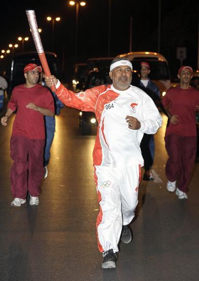 图文-奥运圣火传递活动在马斯喀特举行 华灯初上时