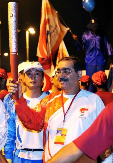 图文-圣火传递在马斯喀特举行 奥委会副主席举火炬