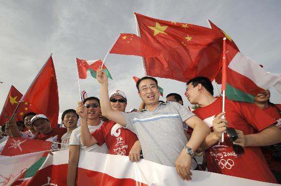 图文-圣火传递活动在马斯喀特举行 华人挥动国旗